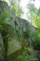 Вид на Богатырские пещеры Богатырские пещеры находятся в этой скале