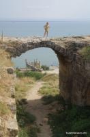 В арке виден полубастион Крепость Еникале
