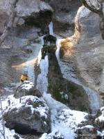 Уникальный водопад Вода падает из отверстия в скальном гроте. Это родник