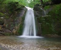 Водопад на Мельничном ручье Водопады Пшады под скалами Серые Монастыри