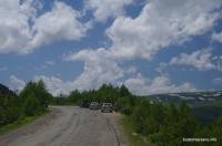 Азишский перевал. Смотровая справа - скалы под перевалом и смотровая