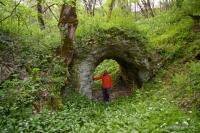 У пещеры Дедова Яма Арка около пещеры
