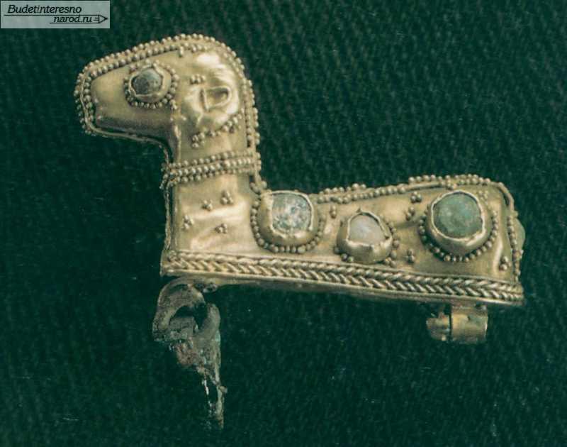 Застежка (фибула) в виде барашка, украшенного сканью и цветными камнями. Курган около г. Армавира